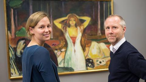 """Felix Krämer, Kurator am Städel Museum Frankfurt, mit seiner Kollegin Felicity Korn vor dem Bild """"Asche"""" des Malers Edvard Munch"""