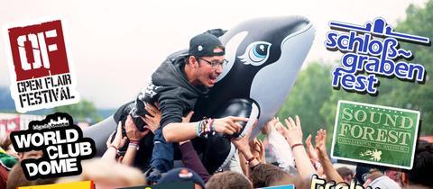 Feiernde Festival-Besucher umrahmt von den diversen Festival-Logos