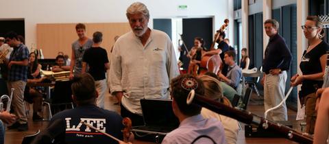 Peter Simonischek spielt den Dirigenten Eduard Sporck.