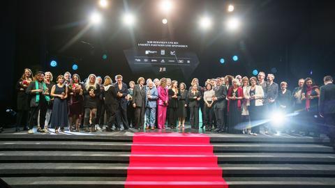 Alle Preisträger und Mitwirkenden stehen nach der Verleihung des Hessischen Film- und Kinopreises 2021 auf der Bühne.
