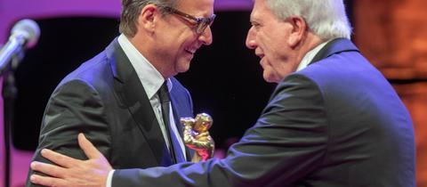 Ministerpräsident Bouffier überreicht Schauspieler Matthias Brandt den Ehrenpreis der Hessischen Film- und Kinopreise