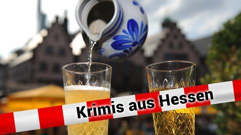 Bembel und Apfelweinglas mit Frankfurter Römer im Hintergrund