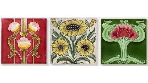 Drei Fliesen: Fliese mit Blumenornament, um 1900, William de Morgan, Fliese mit drei gelben Gänseblümchen, 1882-1888, Fliese mit Blumenornament, 1900-1908