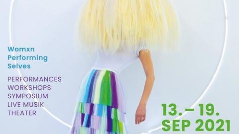 Plakat mit einer Frau, die eine riesige, zerzauste Perücke trägt