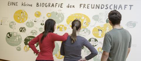 """Besucher bei der Ausstellung """"Like you!"""" in Frankfurt."""
