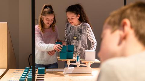 Kinder/Jugendliche in der Sonderausstellung des Geldmuseums Frankfurt.