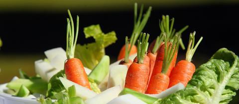 Schüsseln mit Gemüse