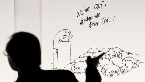 Caricatura-Besucher vor Gernhardt-Zeichnung