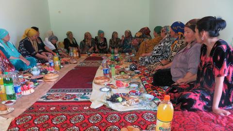 Frauen an einem gedeckten Tisch in Usbekistan