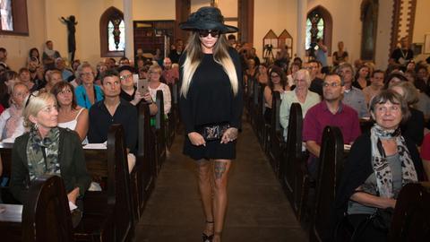 Das Model Gina-Lisa Lohfink betritt mit schwarzem Kleid und Sonnenbrille am die St. Augustine's Church in Wiesbaden.
