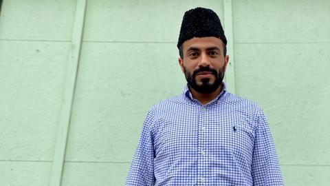 Imam Imtiaz Shaheen mit seiner Jinnah Cap vor seiner Moschee
