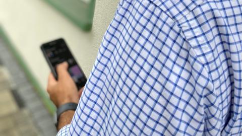 Imam Imtiaz Shaheen mit seinem Smartphone