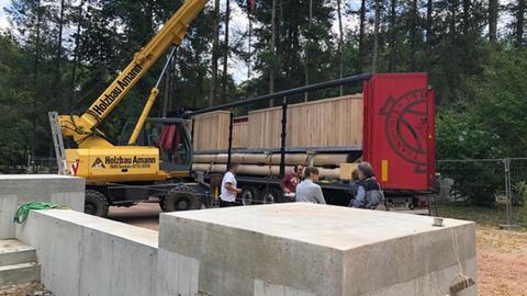 Anlieferung von Bauteilen für den neuen Goetheturm