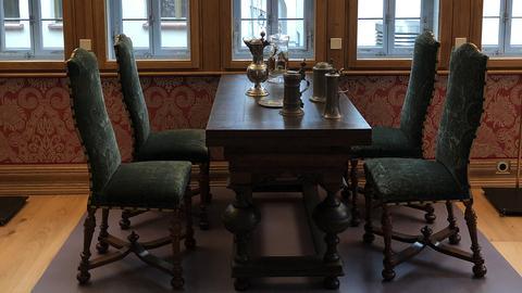 Esstisch mit Stühlen im restaurierten Fachwerkhaus Goldene Waage in der Neuen Altstadt Frankfurt