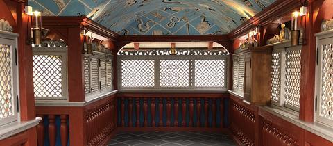 Verzierte gewölbte Zimmerdecke im restaurierten Fachwerkhaus Goldene Waage in der Neuen Altstadt Frankfurt