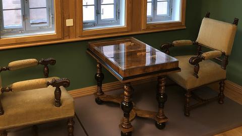 Tisch und Sessel im restaurierten Fachwerkhaus Goldene Waage in der Neuen Altstadt Frankfurt