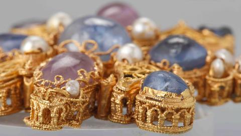 Schmuck aus dem 10. Jahrhundert mit Gold, Saphiren, Amethysten, Perlen und Glas