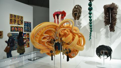 """""""Cybersissy - The Deep Yellow Big One"""" heißt die Perücke des niederländischen Künstlers Antoine Timmermans."""