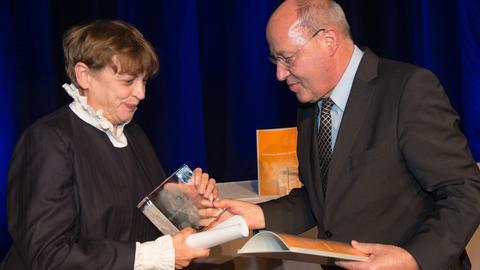 Katharina Thalbach nimmt den Jacob-Grimm-Preis von Laudator Gregor Gysi entgegen.