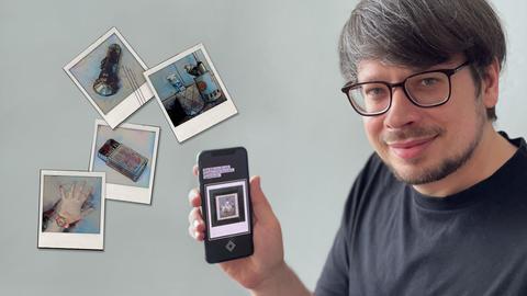 Junger Mann hält sein Smartphone hoch, daneben einige Screenshots.