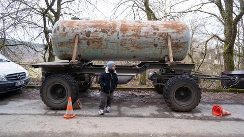 Robert Hertel vor einem großn Wassertank