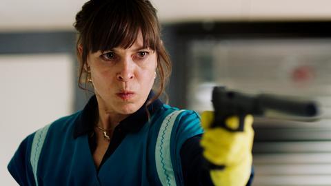 Anne Kim Sarnau als Putzfrau Hanni mit Waffe