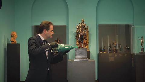 Max Hollein beim Reinigen von Kunstwerken