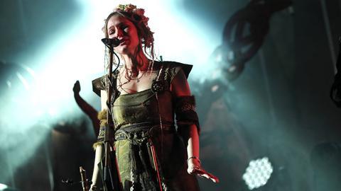 Sängerin der Band Faun bei einem ihrer Auftritte
