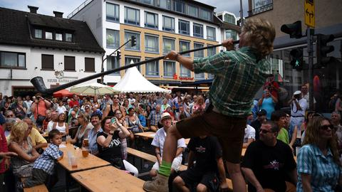 Trenkwalder-Bassist Hans-Peter Wille macht Stimmung mit einem Alphorn