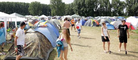 Foto des Zeltplatzes beim Trebur Open Air - viele Zelte und einige Menschen in Sommerkleidung.