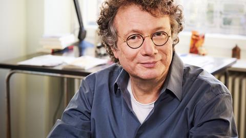 Schriftsteller Ingo Schulze in seiner Berliner Wohnung