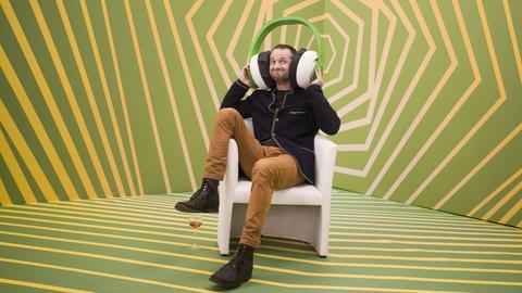 Mann mit überdimensioniertem Kopfhörer
