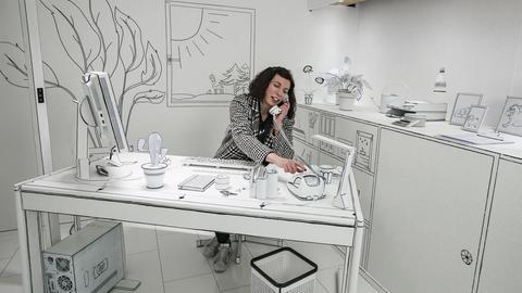 Frau an Schreibtisch in schwarz-weißem Comic-Stil