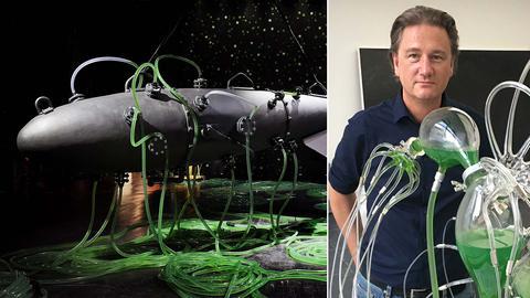 Fotokombination: Thomas Feuerstein mit einer Glasapparatur mit grüner Flüssigkeit (rechts), daneben eine U-Boot-artige Installation, aus welcher viele Schläuche mit grüner Flüssigkeit herausragen.