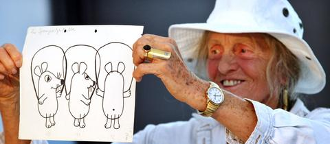 Maus-Erfinderin Isolde Schmitt-Menzel zeigt frühe Entwürfe der Kultfigur. Aufnahme aus dem Juli 2010.