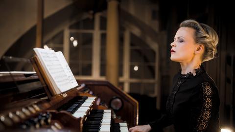 Iveta Apkalna spielt die Orgel in einer Kirche