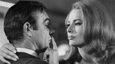 """Karin Dor 1966 mit Sean Connery in """"James Bond - Man lebt nur zweimal"""""""