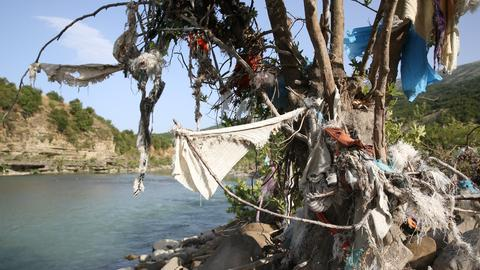 Fluß mit angeschwemmten Plastik