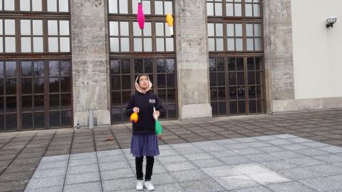 Die afghanische Jongleurin Rabia Ahmadi vor dem Jugendstiltheater in Bad Nauheim, wo sie beim Neujahrsvarieté auftritt.