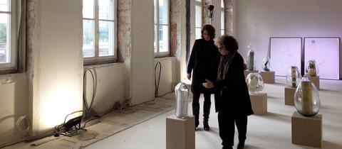 Die Direktorin des Jüdischen Museums Frankfurt, Mirjam Wenzel (l), unterhält sich mit der Künstlerin Ilana Salama Ortar.