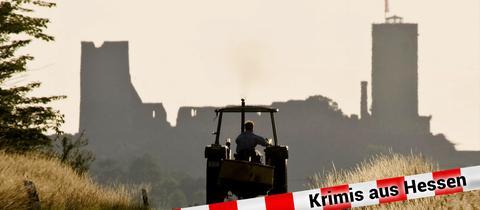 Traktor fährt auf Straße vor Burg Münzenberg