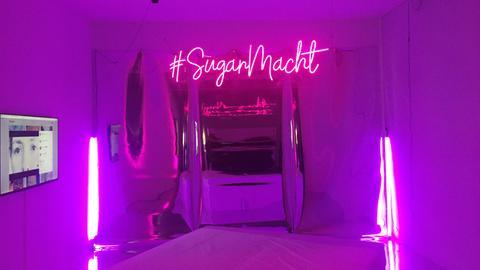 """Kunstwerk """"Sugarmacht"""" von Faina Yunusova: ein lila Zimmer"""