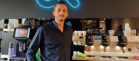 Barista Patrice Wiedemann vor einer High-Tech-Espresso-Anlage