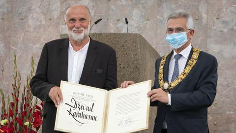 Oberbürgermeister Feldmann (rechts) und Preisträger Karahasan.
