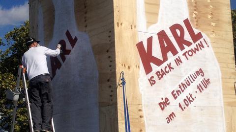 Besprühte Holz-Ummantelung einer Statue Karls des Großen in Frankfurt.