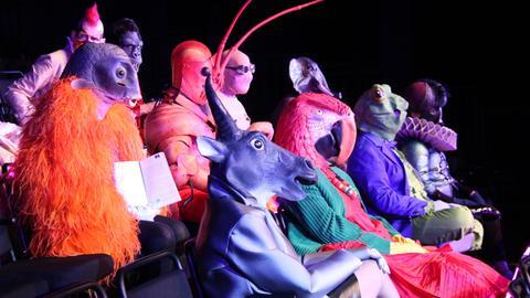 Menschen mit verschiedenen Tier-Masken