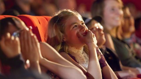 Lachende Kinder im Kino