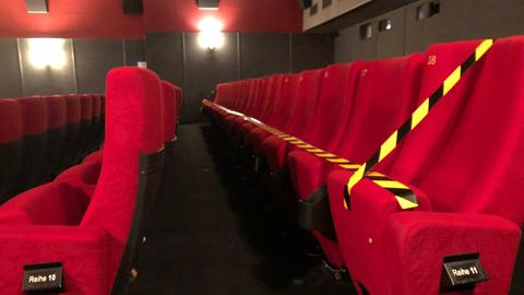 Ein Kino mit einer wegen Corona abgesperrten Sitzreihe