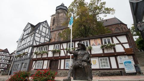 Ein Denkmal des Landgrafen Philipp vor der evangelischen Stadtkirche St. Marien in Homberg (Efze)