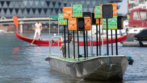 Ein Boot mit der aus Lautsprechern bestehenden Soundinstallation des Künstlers Emeka Ogboh fährt über den Main.